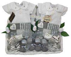 Cesta Gemelos Gris. 103.95€ www.lacestitadelbebe.es Una preciosa cesta para gemelos en colores clásicos, blanco y gris, con trajecito en elegante piqué de la firma Chocolat Baby.
