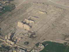 Vista aérea do Medinet Habu, o Templo de Ramsés III.  - Wikipédia, a Enciclopédia Livre.