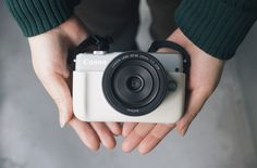 """私が今一番夢中になって使っているカメラ、それがこのキヤノンから新しく発売された、ミラーレスカメラ「EOS M10」です。 このめちゃくちゃ可愛くて女子っぽいカメラ♡見かけによらず、すごく優秀なカメラなんです。私がめちゃくちゃ気に入っているその""""理由""""を、たくさんの作例とともにたっぷりご紹介します♡"""