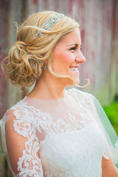We love this relaxed and romantic wedding day hairstyle! {@Bridalmualori}