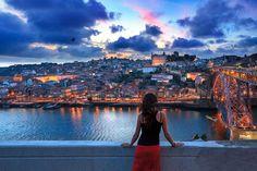 Miradores de Portugal: mejor desde arriba | Via Condé Nast Traveler España | 21/03/2014  Si algo tiene #Portugal son vistas. Desde los tranquilos miradouros de Lisboa a los salvajes horizontes de la costa lusa, paisajes que enamoran al primer vistazo. En castillos y montañas, acantilados y 'pueblitos', Portugal se deja mirar, así que no te cortes, mírala fijamente y disfruta de su bonita cara. Photo: Oporto #Portugal