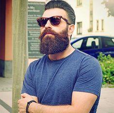 Der charmanteste Männerhaarschnitt der Saison - The Treatment Files Elegant, Wayfarer, Ray Bans, Mens Sunglasses, Style, Fashion, Full Beard, Classy, Swag