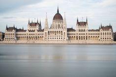 Wir zeigen dir die schönsten Sehenswürdigkeiten in Budapest und geben dir echte Insider-Tipps für deine Städtereise. Places Around The World, Around The Worlds, Bratislava, Places To See, Louvre, Europe, Vacation, Explore, Hungary