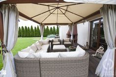 Dom pod Konstancinem w wakacyjnych klimatach - Duży ogród za domem z parasolem, styl minimalistyczny - zdjęcie od Chałupko Design GARDEN INSPIRATION | garden furniture | canopy | modern
