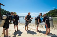Richard reminds his students to conduct their pre-dive safety check before heading in to the training lagoon to continue their PADI Open Water Diver course :)