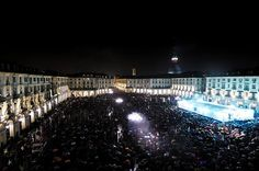 folla di notte in piazza vittorio