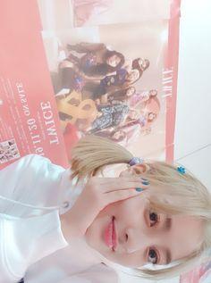 Jihyo's new and first blonde hair selcas on ONCE Japan ❤ Park Ji Soo, Daniel Padilla, Twice Jihyo, Blonde Hair, Kawaii, Japan, Kpop, Babies, Anime