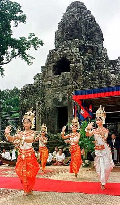 Dancers - Siem Reap - Cambodia. 12 Practical Tips for Visiting Angkor by familyglobetrotters.com #travel #holiday #traveltips #familyholidays