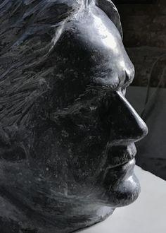 Autoportrait en marbre d'Arudy - taille directe - sculpteur Gérard Lartigue Lartigue, Portfolio, Antonio Mora, Les Oeuvres, Sculpture, Artwork, Self Portraits, Marble, Human Height