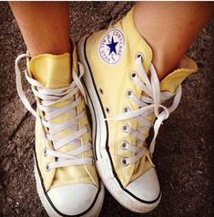 How to wear converse high tops with socks all star Ideas Sneaker Outfits, Converse Outfits, Converse All Star, Yellow Converse, Yellow Shoes, Converse Hightops, Converse Shoes High Top, Pastel Converse, Converse High Tops Colors