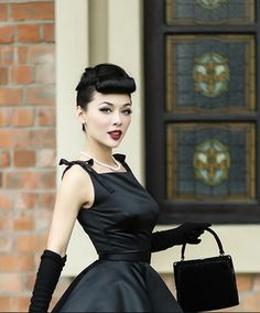 Pinup Fashion: black dress with long gloves