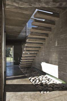 vision de escalera con luz del patio interno (para q te imagines como quedaria) estarias mirando desde la entrada a la casa