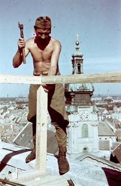 Győr .Légvédelmi megfigyelő állás építése a város egyik magasabb pontján. Ww2 Pictures, Defence Force, World War Ii, Hungary, Budapest, Wwii, Army, Military, Military History