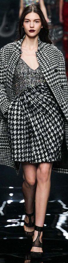 Francesco Scognamiglio Fall 2016 Ready-to-Wear Fashion Show Runway Fashion, Fashion Models, High Fashion, Womens Fashion, Fashion Details, Fashion Design, Black White Fashion, Tartan, Plaid
