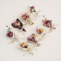 Super mini dried flower posies wrapped in a little paper or a doily are a really sweet idea! Flower Box Gift, Flower Boxes, Flower Cards, How To Wrap Flowers, Diy Flowers, Paper Flowers, Creative Gift Wrapping, Creative Gifts, Flower Bouquet Diy