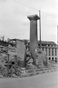 1945 Leipzigerplatz im Vordergrund Torhaeuschen-Truemmer,hinten Kaufhaus Wertheim