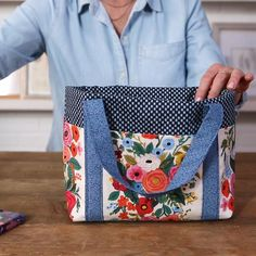 With a deep main compartment and six exterior pockets, there's no shortage of storage in this DIY tote. The pockets of this easy-to-sew bag are cleverly formed when the straps are stitched on—no additional sewing necessary. Choose your favorite patterned fabric and we'll show you how to sew a bag in just five steps. This is a great sewing project for beginners. #diytotebag #freesewingpattern #beginnersewingproject #diypurse #bhg Small Sewing Projects, Sewing Projects For Beginners, Sewing Hacks, Sewing Tutorials, Sewing Tips, Tote Bag Tutorials, No Sew Projects, Dress Tutorials, Sewing Ideas