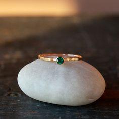 Anillo de Esmeralda, esmeralda anillo de oro, banda de apilamiento de oro amarillo de 14 k, oro reciclado ético, puede Birthstone, anillo hecho a mano