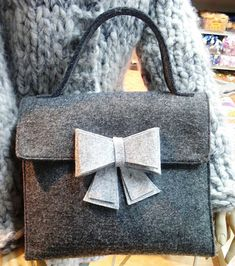Bildergebnis für borse in feltro tutorial Felt Purse, Diy Handbag, Craft Bags, Fabric Bags, Summer Bags, Kids Bags, Big Shot, Handmade Bags, Beautiful Bags