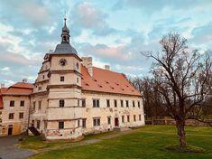 Přemýšlíte, kam na výlet? Podívejte se na nejkrásnější hrady a zámky v ČR, které musíte vidět a navštívit. Nezapomeňte vzít děti. Czech Republic, Cathedral, Castle, Mansions, House Styles, Travel, Beautiful, Instagram, Viajes