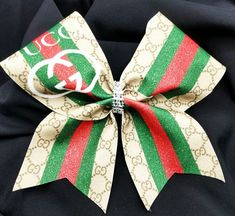 Gucci Inspired Glitter Cheer Bow Related posts:Pack 'N' Go Küche DIY Spielzeug Herd Tutorial + Free SVG Cut-DateienDIY Spielze. Cute Cheer Bows, Cheer Hair Bows, Diy Hair Bows, Cheerleading Jumps, Cheer Stunts, Cheer Jumps, Volleyball Bows, Cheerleading Quotes, Softball Pictures