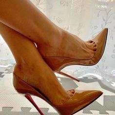 Um sábado lindo pra vc como esse Louboutin So Kate Nude. Thank you Sexy Legs And Heels, Sexy High Heels, High Heels Stilettos, Womens High Heels, Black Heels, Red Stiletto Heels, Quoi Porter, Pantyhose Heels, Beautiful High Heels