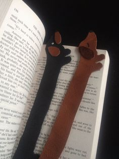 Love dachshunds? Love reading? This bookmark is for you! This cute doxie will help you keep your page. Handcut from genuine leather. Approx. 8