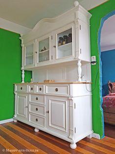 Altbau-Haus einrichten - Buffetschrank im Landhausstil in Weiß, Blatt in Esche natur geölt - www.massiv-aus-holz.de - #einrichten #altbau #neubau #altbauwohnung #stadtwohnung #wohnen #landhausstil #cottagestyle #furniture #buffetschrank #küchenschrank #aufsatz #shabbychic #weiß #whitefurniture #massivholzmöbel #möbelnachmass Kitchen Cabinets, Storage, Furniture, Home Decor, Natural Living, Glass House, Kitchen Cupboards, Homemade Home Decor, Larger