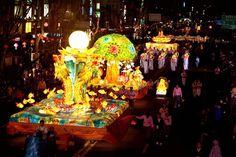 #ทัวร์เกาหลี เทศกาลรำลึกถึงพระพุทธเจ้า!! เดือนพฤษภาคม  เทศกาล Lotus Lantern Festival  เทศกาสำคัญทางพุทธศาสนาเทศกาลหนึ่ง เป็นเทศกาลที่น้อมรำลึกถึงพระพุทธเจ้า งานเทศกาลจะจัดขึ้นในวันที่ 6-8 พฤษภาคม ส่วนการแขวนโคมไฟดอกบัวประดับทั่วกรุงโซลและวัดพุทธทุกที่นั้น จะจัดตั้งแต่เดือนเมษายนไปจนถึงช่วงเทศกาล ในงานจะมีกิจกรรมมากมาย รวมถึงขบวนแห่โคมไฟที่จัดขึ้นบนถนน Jongno Street ตลอดทั้งเส้นและในบริเวณใจกลางกรุงโซลด้วย  http://www.clickstour.com/