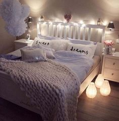 Chic ways to make your dorm room or apartment look cute and comfy with pillows blankets and decor!