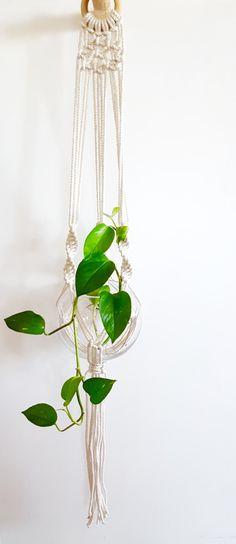 Macramé plante Hanger par MonkeyAndTheBear sur Etsy https://www.etsy.com/fr/listing/491517434/macrame-plante-hanger