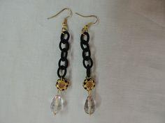 Orecchini con catena in stoffa nera, charm dorato e pietre nere, goccia in cristallo grigio