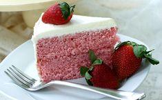 Υλικά Για το κέικ φράουλα 2 φλιτζάνια κρυσταλλική ζάχαρη 85 γραμμάρια σκόνη ζελέ με γεύση φράουλα 1 φλιτζάνι βούτυρο μαλακό 4 αυγά σε θερμοκρασία δωματίου 2 3/4 φλιτζάνια κοσκινισμένο αλεύρι για όλες τις χρήσεις 2 1/2 κουταλάκια του γλυκού μπέικιν πάουντερ 1 φλιτζάνι γάλα πλήρες σε θερμοκρασία δωματίου 1 κουταλιά της σούπας εκχύλισμα βανίλιας 1/2 …