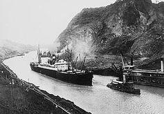 Fotografía del primer viaje comercial a través del canal de Panamá. Éste es fundamental en el desarrollo económico y comercial de muchos países por agilizar las rutas y costos de los viajes. Administrado por E.U hasta 1999. Andres Cervera.