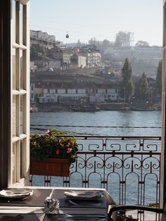 """""""FishFixe"""", located in the very heart of Porto, goes on to offer us excellent views of the river Douro ..."""