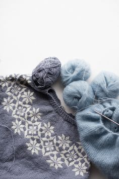 Beautiful gray knit sweater with snowflake pattern yoke. Ravelry: Signe sweater / Signegenser pattern by Marianne J. Sweater Knitting Patterns, Knit Patterns, Knitting Projects, Crochet Projects, Knitting Ideas, Crochet Crafts, Knit Crochet, Knitted Shawls, Knitted Gifts