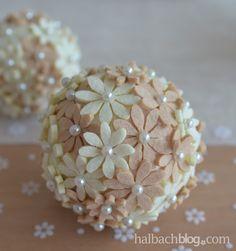 DIY-Idee halbachblog: Filz-Blütenkugeln mit Perlennadeln in Natur-Weiß als Tischdeko