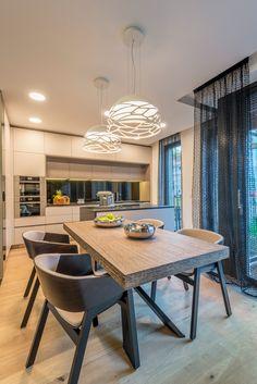 Kuchyně s jídelnou, designové osvětlení jídelního stolu. Vyrobeno Arbyd s.r.o