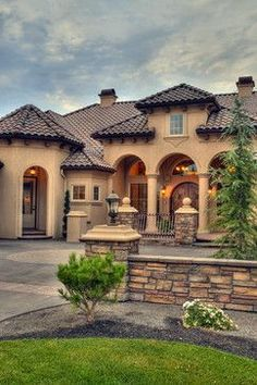 If you are having difficulty making a decision about a home decorating theme, tuscan style is a great home decorating idea. Many homeowners are attracted to the tuscan style because it combines sub… Tuscan House, Tuscan Style Homes, Mediterranean Home Decor, Mediterranean Architecture, Tuscan Decorating, House Goals, My Dream Home, Exterior Design, Exterior Homes