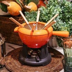 Tem programa melhor neste inverno que receber os amigos e fazer fondues doces e salgados? Em nossas lojas (e no site também), temos várias opções, como essa que é irresistível, da Le Creuset. #laville #lavillecasa #listadecasamento #mesa #cozinha #decoração #fondue