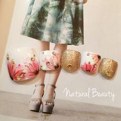 ネイル 画像 Natural Beauty 赤坂 1641893 ゴールド 白 ピンク フラワー デート 夏 海 リゾート ソフトジェル フット ショート