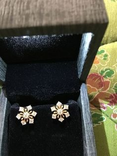 A variety of earrings enrich your daily life Simple earrings in your life Source by SooPush Diamond Earrings Indian, Gold Jhumka Earrings, Jewelry Design Earrings, Gold Earrings Designs, Designer Earrings, Diamond Jewelry, Gold Jewelry, Gold Bracelets, Statement Jewelry