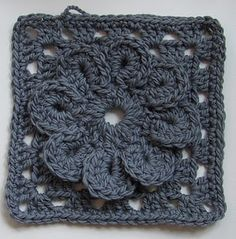 Lovely gray granny. Would be neat if all the squares were solid gray and then one granny flower portion was a bright color. Tutorial ༺✿Teresa Restegui http://www.pinterest.com/teretegui/✿༻