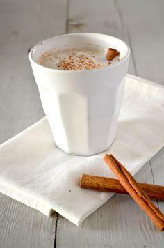 Ingrediënten voor 2 kopjes 2 tl zwarte thee 1 peul kardemom gekneusd 1/4 tl kaneel 1 kruidnagel gekneusd 1/4 tl gedroogde gember 1 peperkorrel gekneusd 1 kopje melk 1 tl honing 1 theefilter Zet een pannetje op een zacht vuurtje met de melk er in.Vijzel de specerijen even kort, zodat de kruidnagel, de peper en de kardemom een beetje gekneusd zijn.Doe de thee en  specerijen in het theefilter.Laat  ongeveer 5 minuten trekken in de melk op een zacht vuurtje.Serveer met honing of rietsuiker.