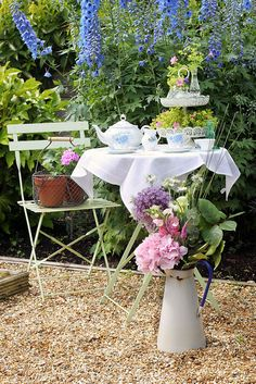 Afternoon Tea in the backyard. Outdoor Dining, Outdoor Spaces, Outdoor Decor, Beautiful Gardens, Beautiful Flowers, My Secret Garden, Plein Air, Afternoon Tea, Tea Time