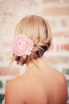 Fios soltos, coque despojado e muito charme! Noivinha, vem ver se este é o seu estilo para o grande dia: http://www.blacktie.com.br/blog/?p=4398 A escolha do penteado perfeito para uma mulher de estilo.