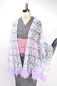 ラベンダーパープルとベビーブルー、オフホワイトのパステルカラーが優しく調和したお花のようなグラニースクエアモチーフがつなぎあわされた、メルヘンチックキュートなビンテージのニットレースショール Japanese Outfits, Japanese Fashion, Kimono Top, Fabrics, Fashion Outfits, How To Wear, Clothes, Tops, Women