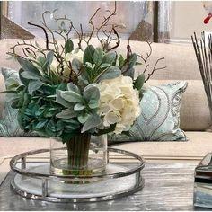 Hortensias Arrangement floral dans un vase en verre - Floreros - Decor Table Centerpieces For Home, Floral Centerpieces, Table Decorations, Tall Centerpiece, Centerpiece Wedding, Wedding Decor, Rustic Wedding, Wedding Cakes, Dinning Table Centerpiece