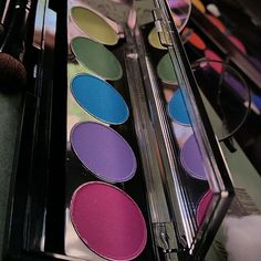 MINIMAL CHIC - MAKEUP BAG SPRING CLEANING GUIDE Green Windows, Minimal Chic, Spring Cleaning, Eyeshadow, Posts, Cosmetics, Bag, Makeup, Make Up