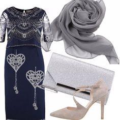 Per le taglie morbide un outfit elegante da cerimonia. Il vestito blu ha ricami in argento, colore in cui sono abbinati gli accessori: la pochette brillante, le scarpe décolletè, lo scialle in chffon e gli orecchini in argento.